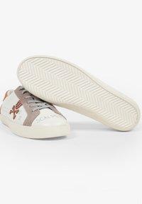 Scalpers - LIA GRAFFITI - Sneakersy niskie - white - 3
