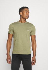 Calvin Klein - CHEST LOGO - T-shirt basic - green - 0