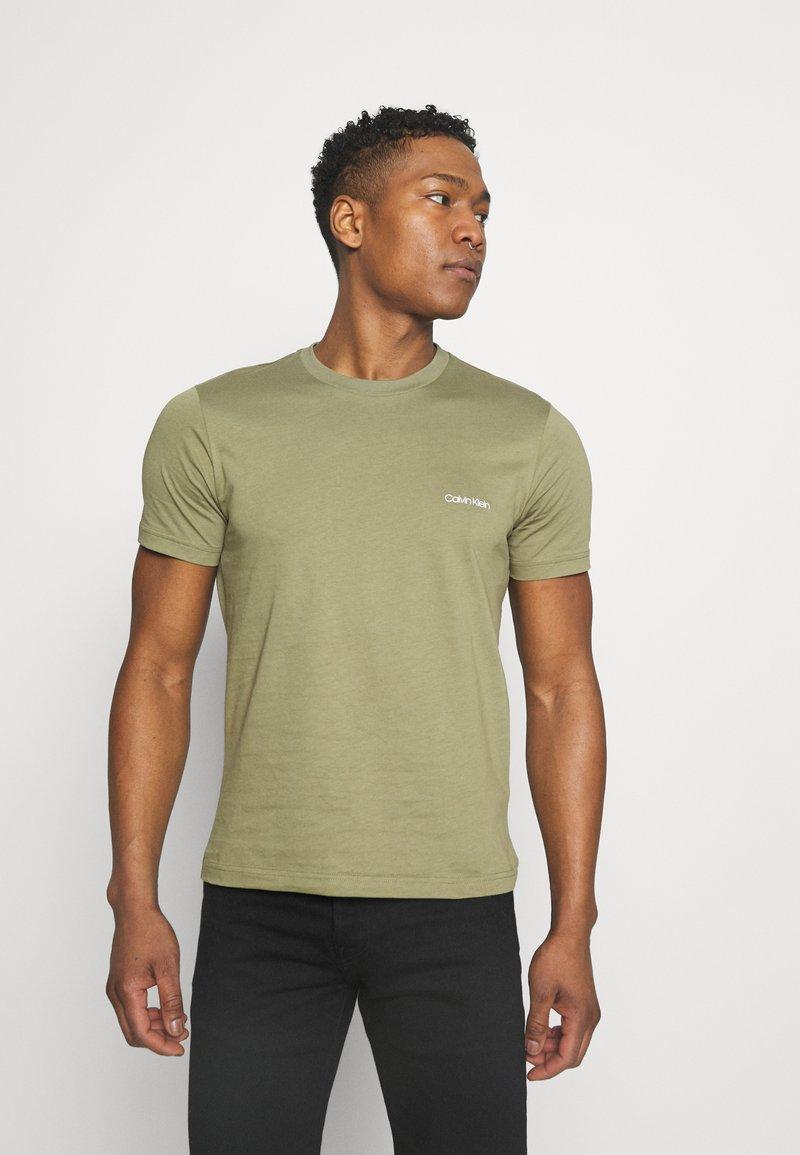 Calvin Klein - CHEST LOGO - T-shirt basic - green