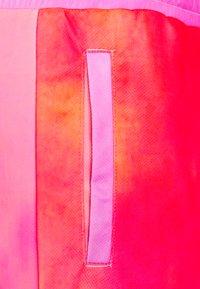 HUF - CLASSIC - Shortsit - coral/pink - 3