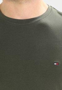 Tommy Hilfiger - STRETCH SLIM FIT TEE - Jednoduché triko - green - 4