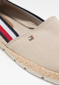 Tommy Hilfiger - BASIC TOMMY CORPORATE ESPADRILLE - Loafers - stone - 2