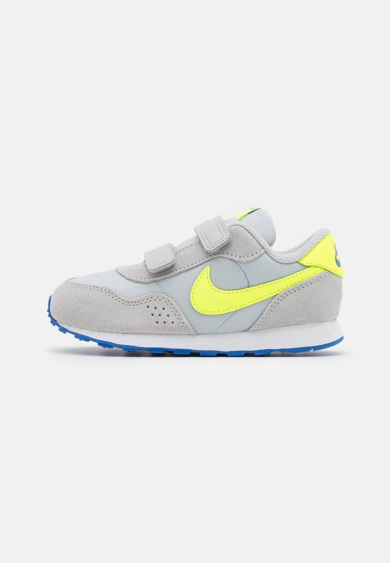 Nike Sportswear - MD VALIANT UNISEX - Tenisky - grey fog/volt/game royal/white