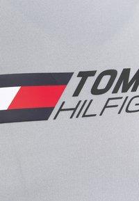 Tommy Hilfiger - ESSENTIALS TRAINING TEE - T-shirt con stampa - grey - 6