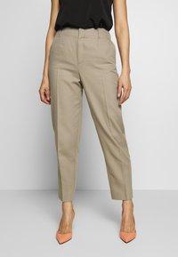 Filippa K - KARLIE TROUSER - Spodnie materiałowe - khaki - 0