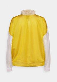 Nike Sportswear - W NSW TCH PCK - Cortaviento - dark citron/white/black - 8