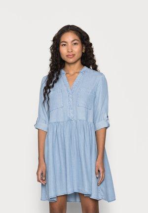 VMLIBBIE LOOSE TUNIC PETITE - Denimové šaty - light blue denim