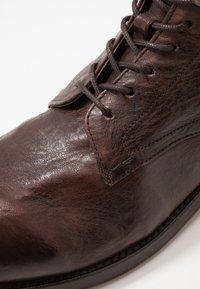 Hudson London - YEW - Šněrovací kotníkové boty - brown - 5