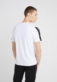 Plein Sport - ROUND NECK ORIGINAL - T-shirt med print - white - 2