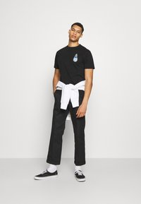 Santa Cruz - REMILLARD MAKO MATCHBOX UNISEX - Print T-shirt - black - 1