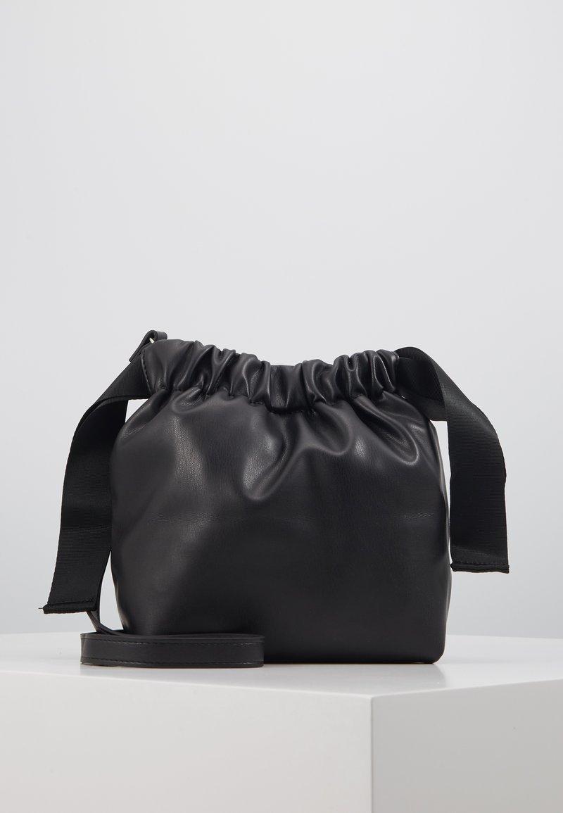 Pieces - PCBEAU CROSS BODY - Across body bag - black
