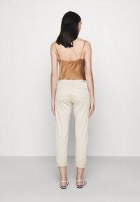AG Jeans - CADEN - Straight leg jeans - sand - 2
