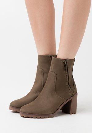 ALLINGTON BOOTIE - Kotníková obuv na vysokém podpatku - olive