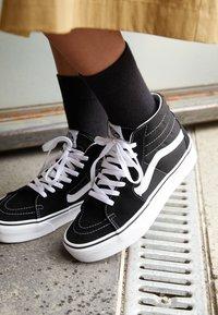 Vans - SK8 PLATFORM 2.0 - Zapatillas altas - black/true white - 4
