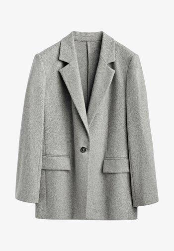 MIT EIN KNOPF VERSCHLUSS  - Short coat - grey