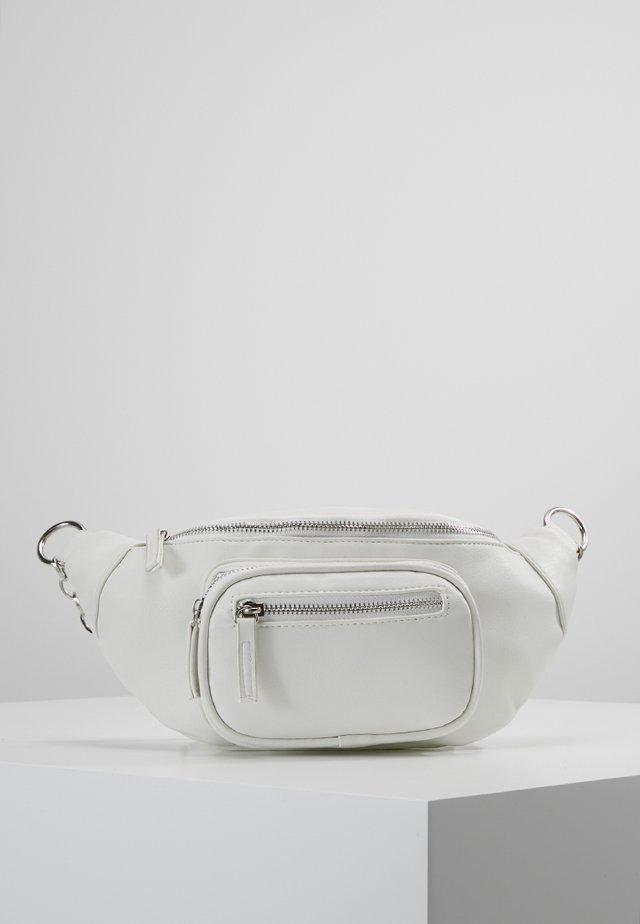 CREATIVE MANIFESTO ZIP DETAIL CHAIN BUMBAG - Bum bag - white