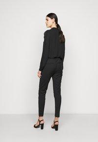 Vero Moda Tall - VMVICTORIA ANTIFIT ANKLE PANTS - Trousers - black - 2