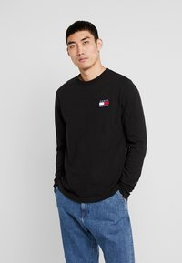 Tommy Jeans - BADGE LONGSLEEVE TEE - T-shirt à manches longues - black - 0
