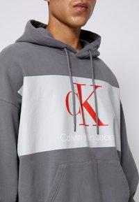 Calvin Klein Jeans - OVERSIZED LARGE BADGE HOODIE UNISEX - Sweatshirt - light grey - 3