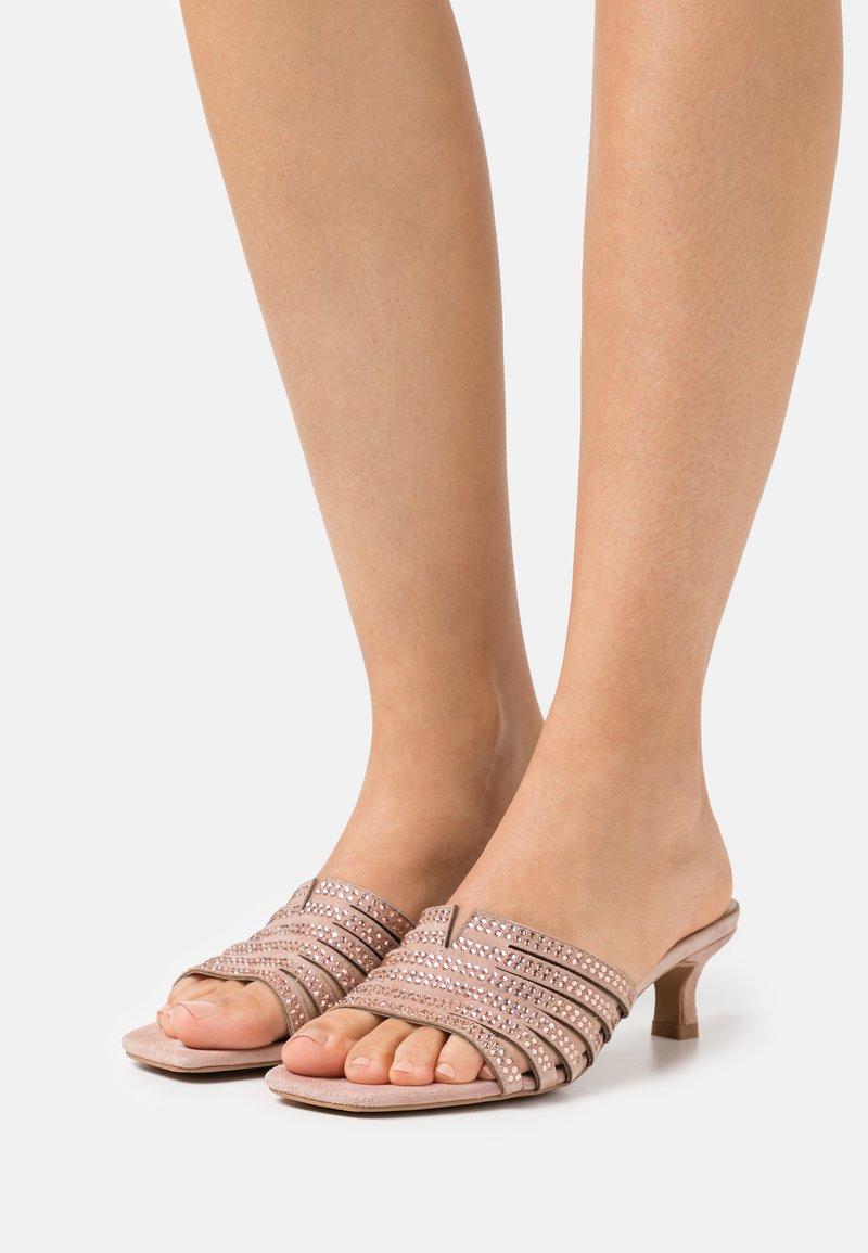 Alma en Pena - Pantofle na podpatku - old pink