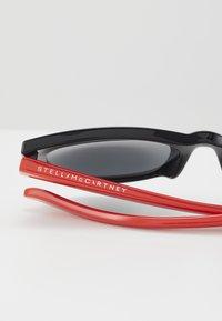 Stella McCartney - SUNGLASS KID - Sunglasses - black/red/smoke - 2