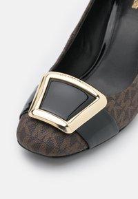 MICHAEL Michael Kors - PATSY FLEX - Classic heels - brown/black - 6