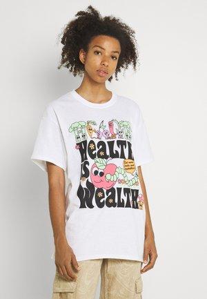 HEALTH IS WEALTH TEE - Print T-shirt - white