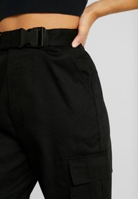 Missguided Petite - DOUBLE BUCKLE DETAIL CARGO TROUSER - Kalhoty - black - 4