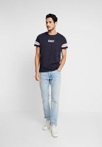 GANT - T-shirt med print - evening blue - 1