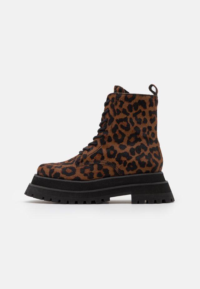 MECHANIC - Šněrovací kotníkové boty - brown