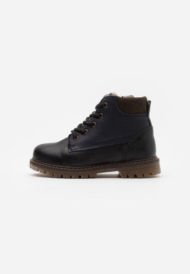 HECTOR - Šněrovací kotníkové boty - black