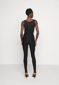 Vero Moda Tall - VMAUGUSTA SKINNY SOLID PANT TALL - Bukse - black - 2