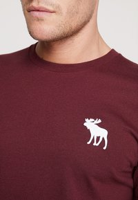 Abercrombie & Fitch - EXPLODED CREW VEE POP  - Print T-shirt - burg crew - 4