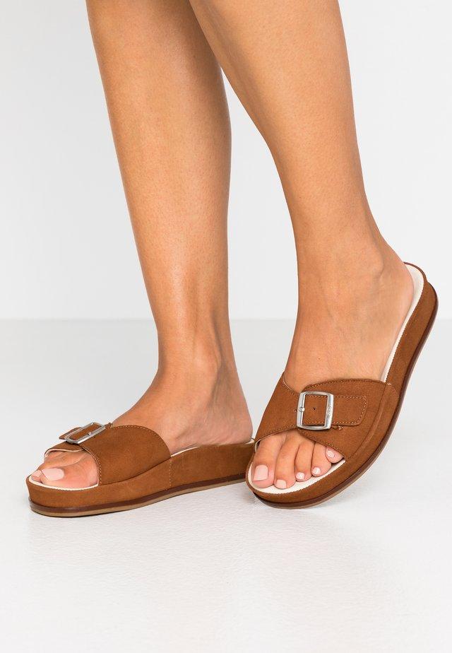 ANOUSHEH - Pantolette flach - camel