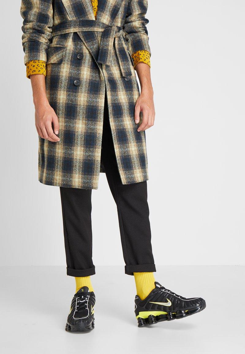 Nike Sportswear - SHOX TL - Sneakers - black/metallic silver/dynamic yellow