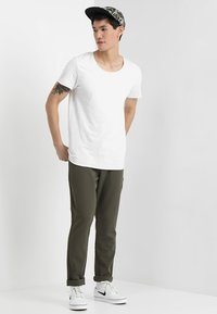 Jack & Jones - JJEBAS TEE - Camiseta básica - cloud dancer - 1