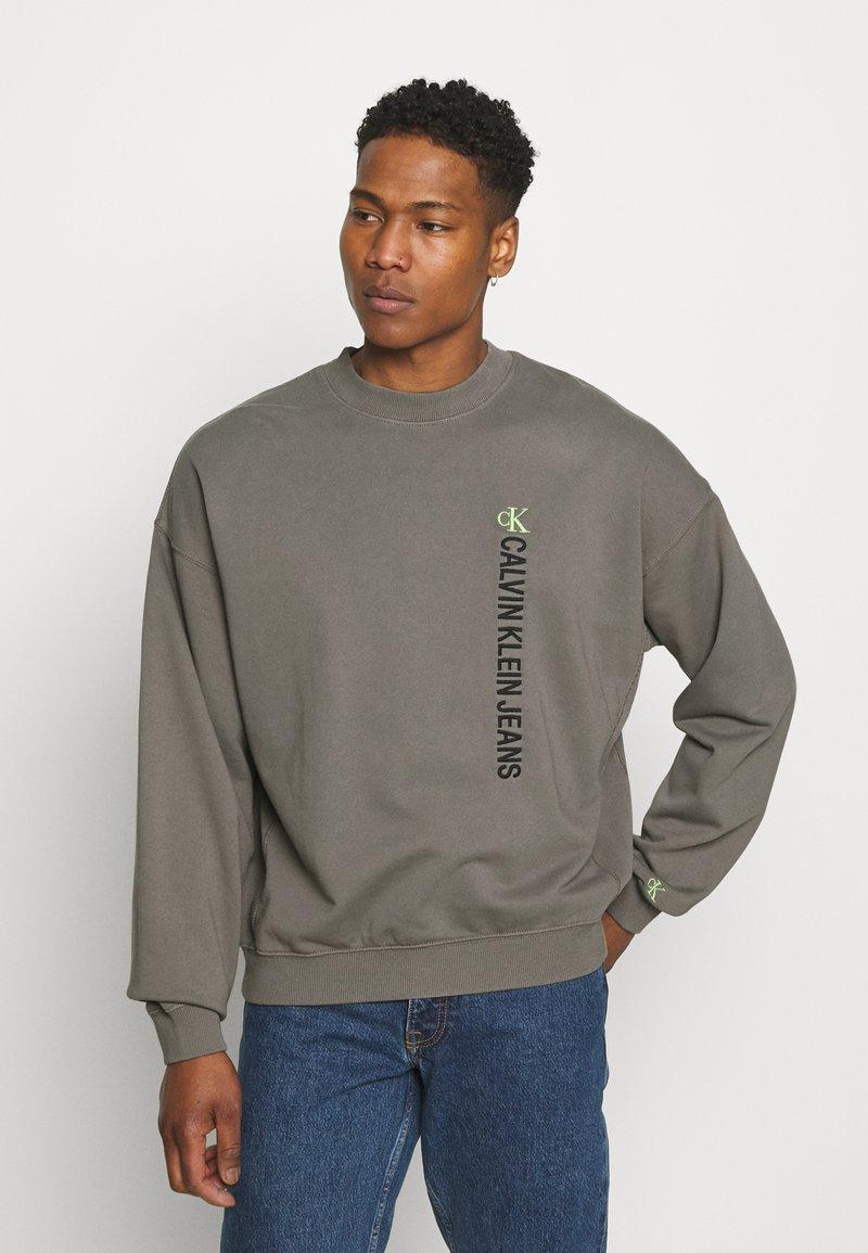 Calvin Klein Jeans - CREWNECK UNISEX - Felpa - elephant skin