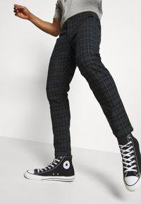 Redefined Rebel - KING PANTS - Pantalon classique - mountain check - 3
