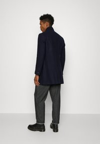 Isaac Dewhirst - HIDDEN BUTTON PLACKET - Cappotto classico - navy - 2