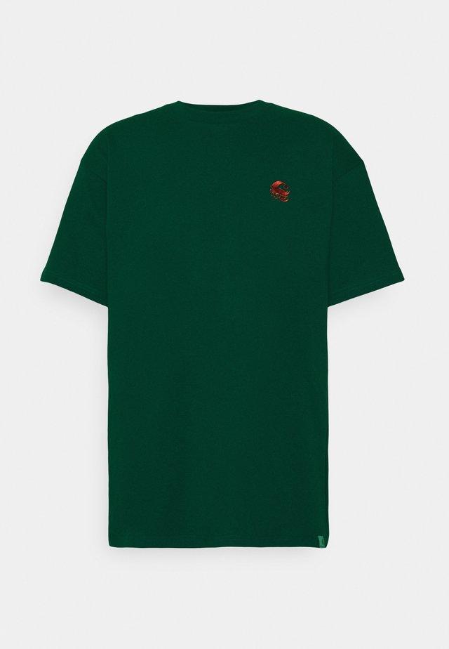 SCORPIONS - T-shirt print - bottle green/cinnamon