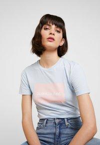 Calvin Klein Jeans - INSTITUTIONAL BOX SLIM TEE - Print T-shirt - skyway/ blossom - 5