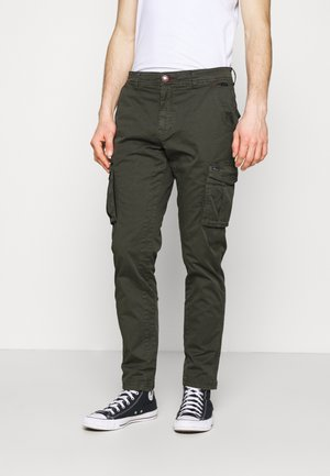 PANTS - Pantalones cargo - forest night