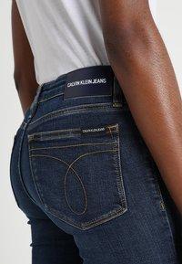Calvin Klein Jeans - CKJ 011 MID RISE SKINNY  - Jeans Skinny Fit - amsterdam blue mid - 6