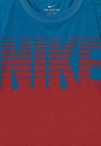 Nike Sportswear - BLOCK STACKED - T-shirt z nadrukiem - game royal - 2