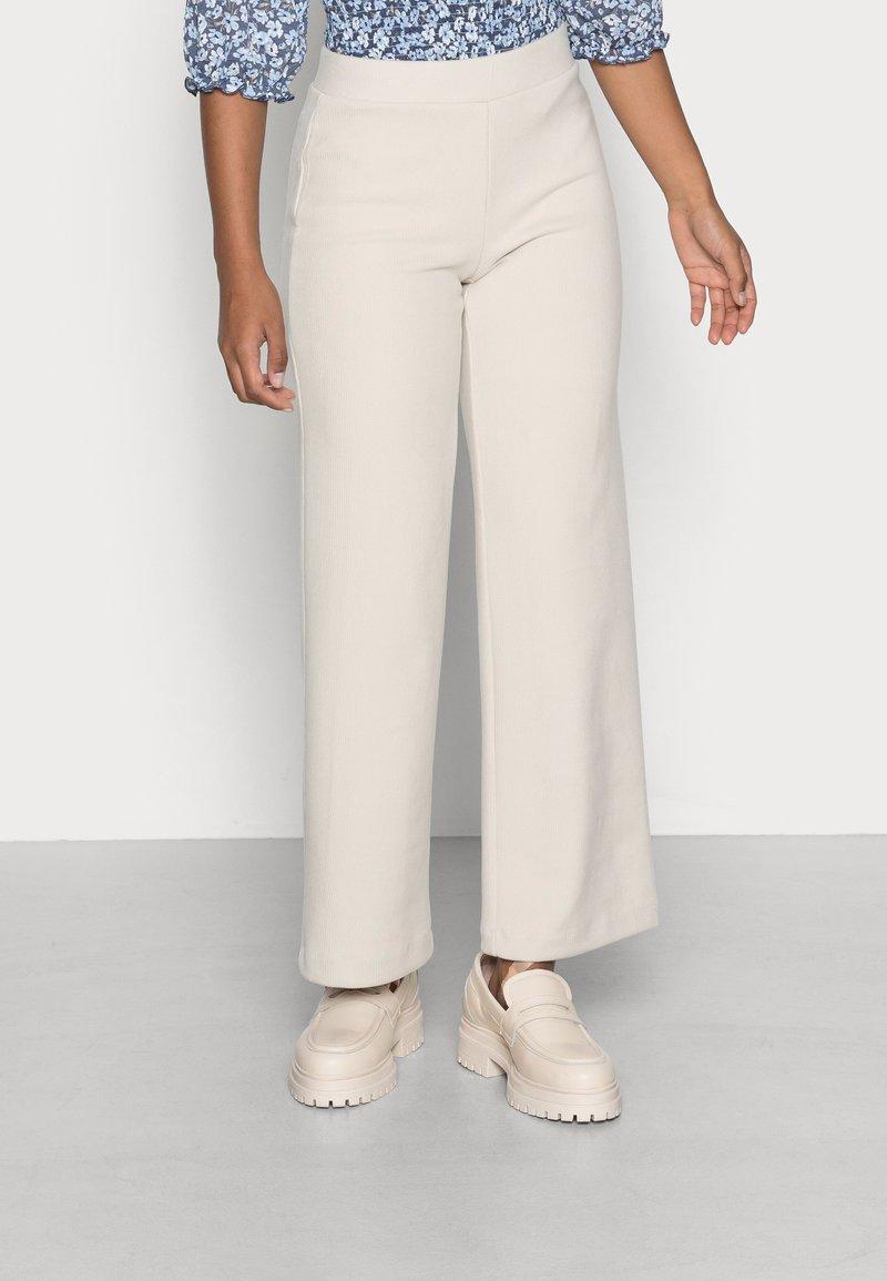 Vero Moda Petite - VMKAMMIE STRAIGHT PANT - Trousers - oatmeal