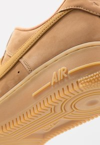 Nike Sportswear - AIR FORCE 1 '07 - Sneakers laag - flax/wheat/light brown/black/team gold - 5