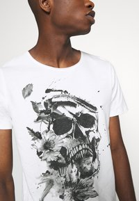 Jack & Jones - JORBRIAN  - T-shirts print - cloud dancer - 4
