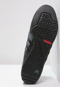 adidas Performance - TERREX SWIFT SOLO UNISEX - Lezecká obuv - black/lead - 4