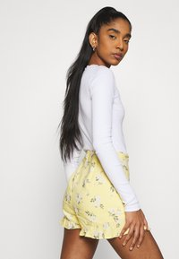 Hollister Co. - RUFFLE SKORT - Shorts - yellow - 3