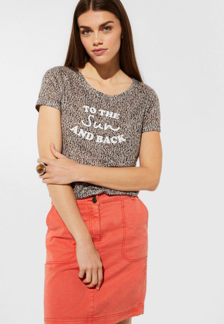 comma casual identity - MIT STATEMENT-PRINT - Print T-shirt - dark khaki